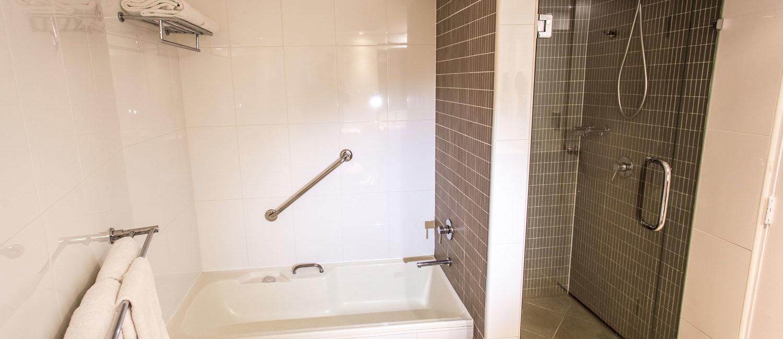 Brisbane-two-bedroom-suite-bathroom | Pacific Hotel Brisbane